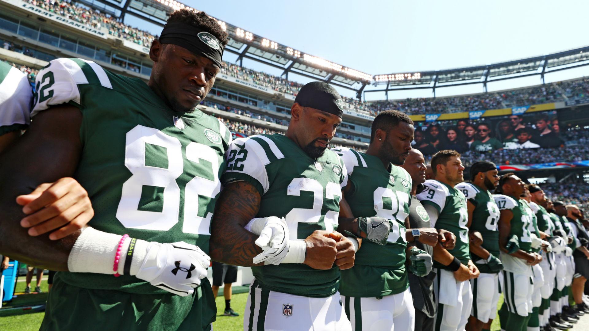 Jets-players-during-national-anthem_ekk6vm6jlkux10wiwt6oese0x