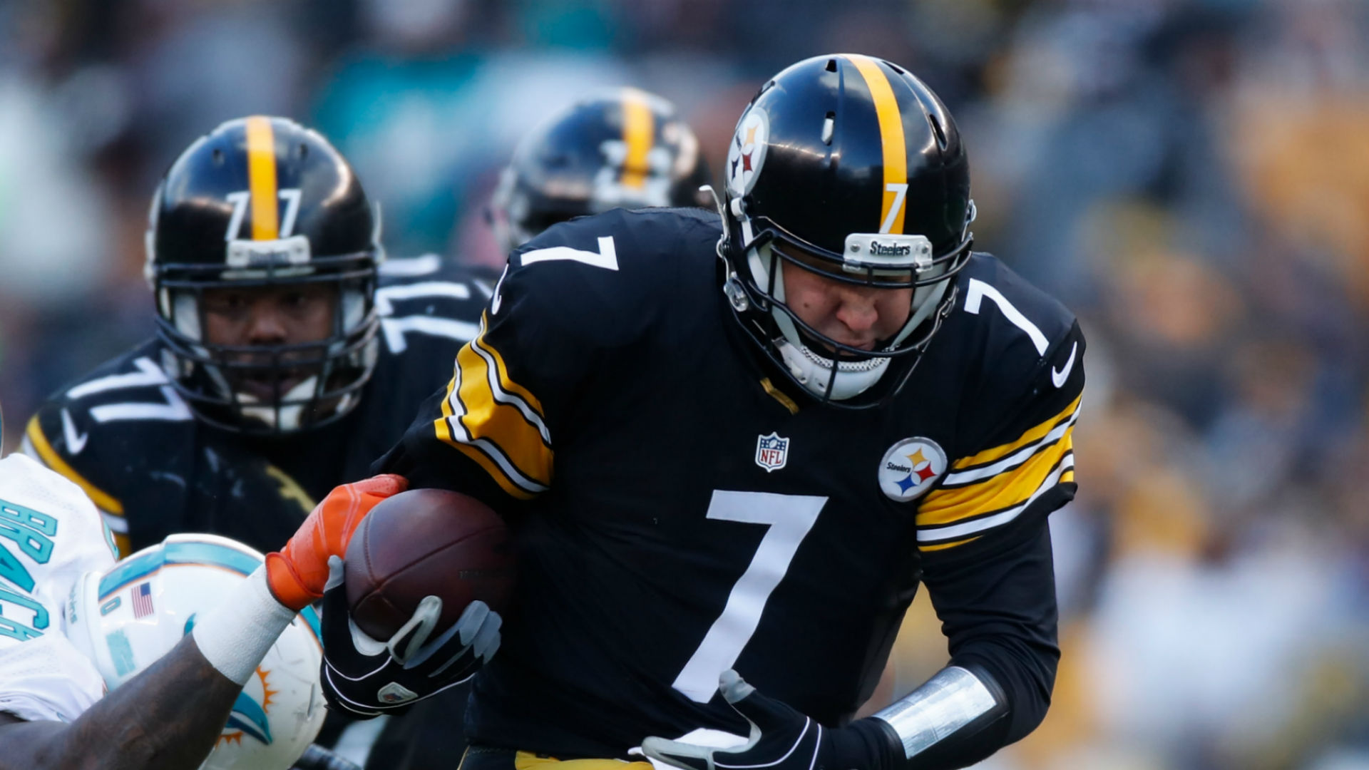 Ben Roethlisberger emerges from Steelers playoff win in walking