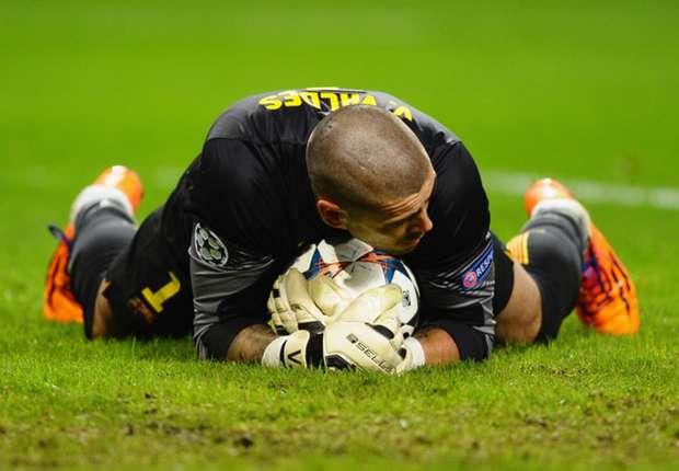 Valdés en un encuentro con el Barcelona