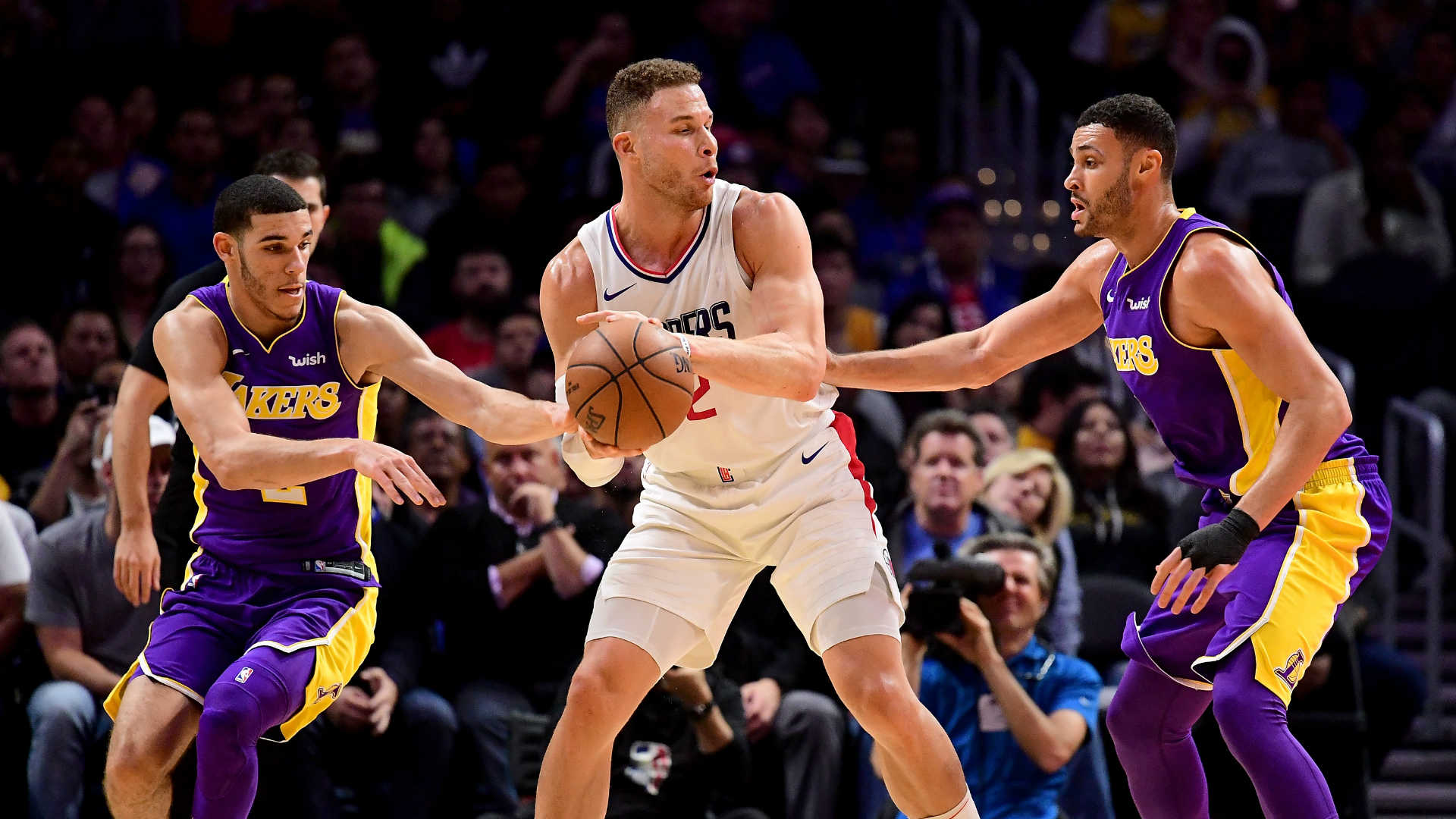 Blake Griffin leaves Clippers-Lakers game early with left knee injury
