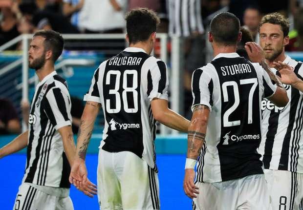 Claudio Marchisio (R) leads Juventus celebrations