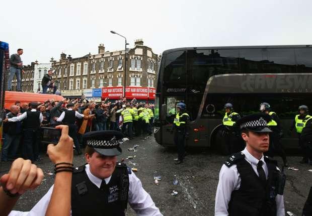 Man arrested over United team bus attack - Goal.com
