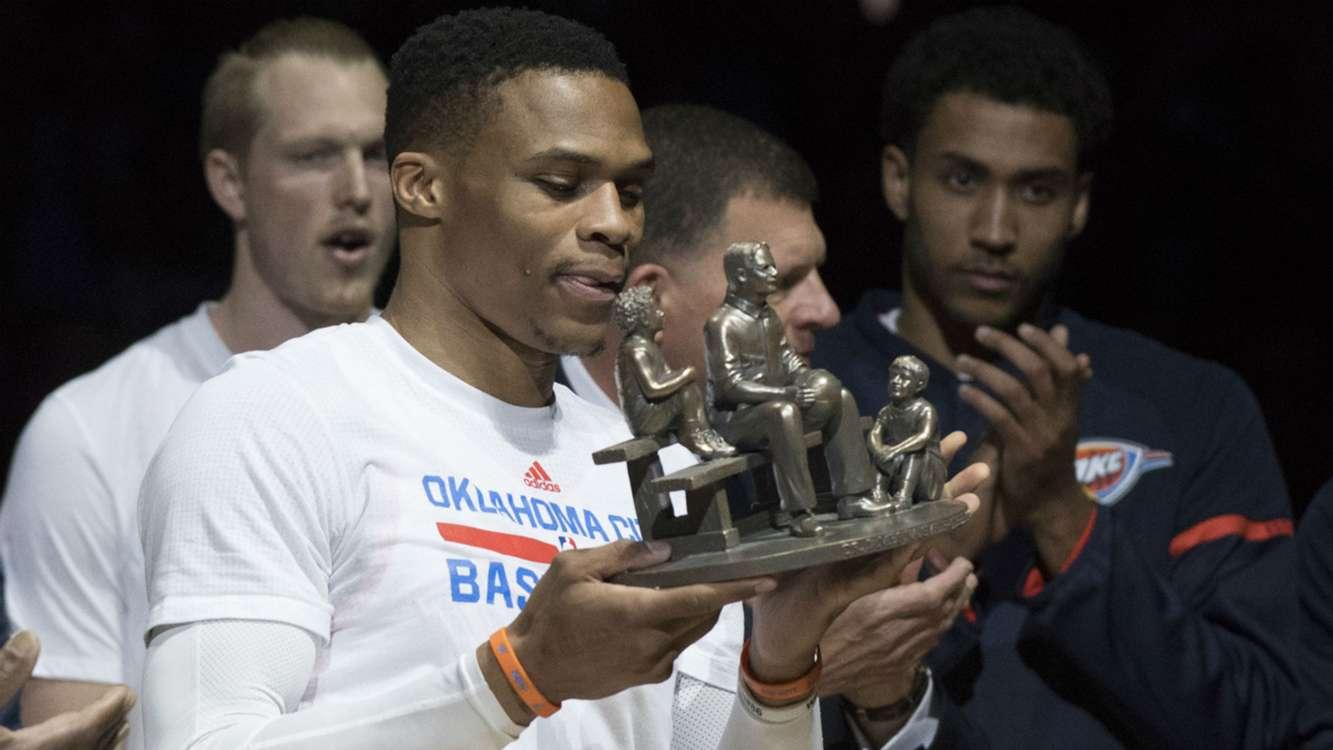 Oscar Robertson hands Russell Westbrook award, starts MVP chant