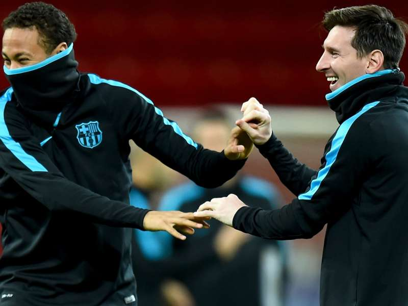 Messi gives support to injured Neymar