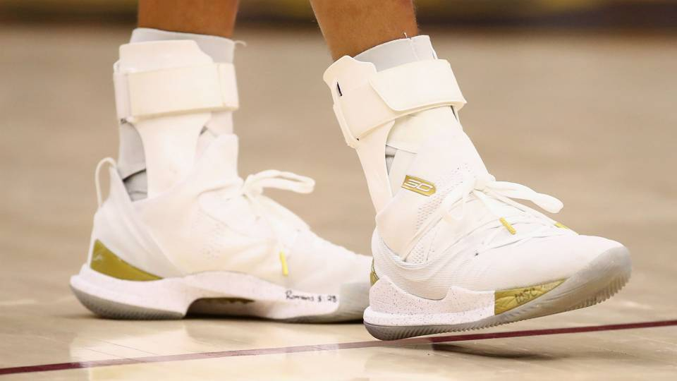 Stephen Curry sizes up girl s shoe issue 8d1c59298e