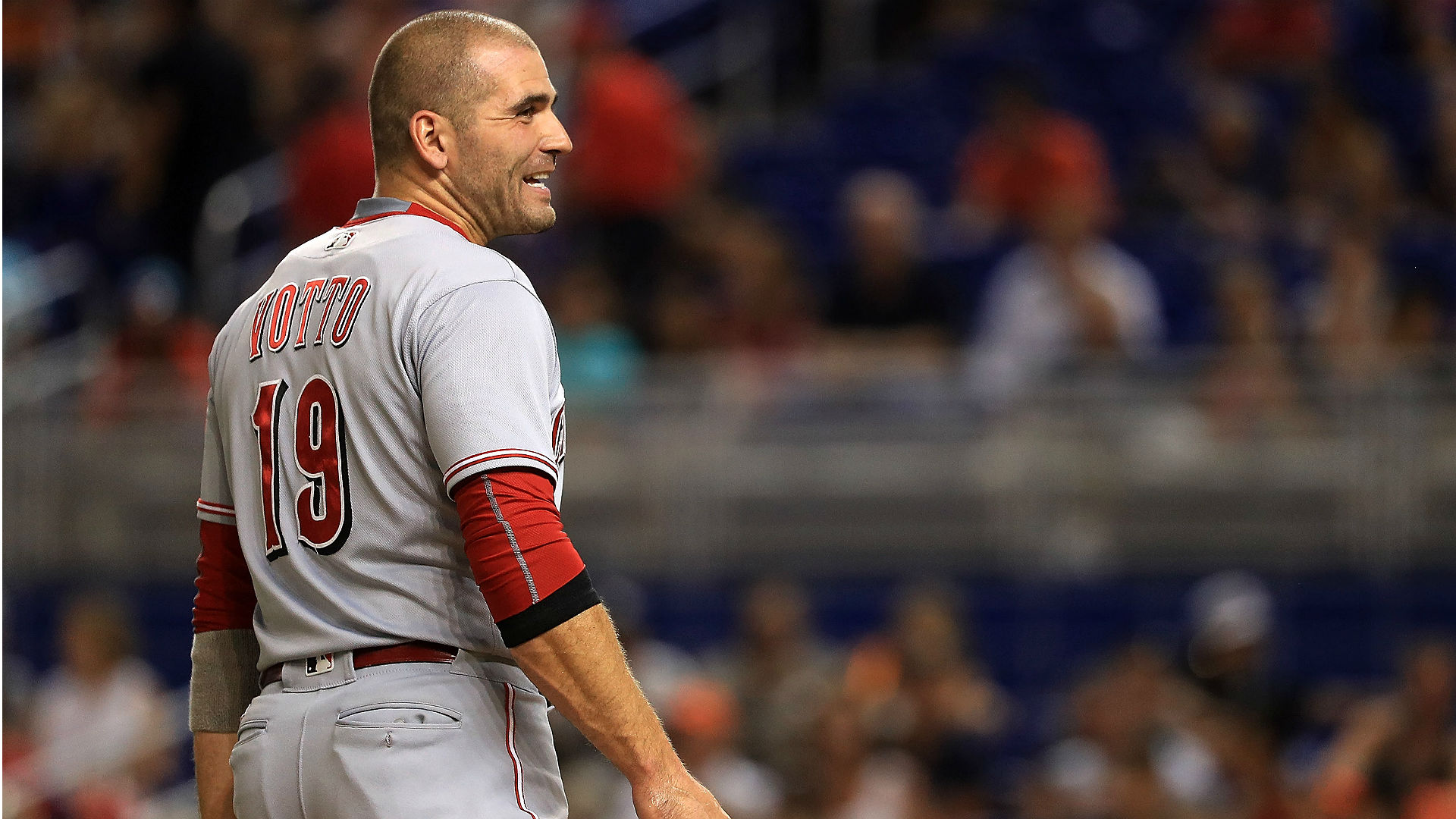 Joey Votto reminds fan he can't run for president while trading for his shirt