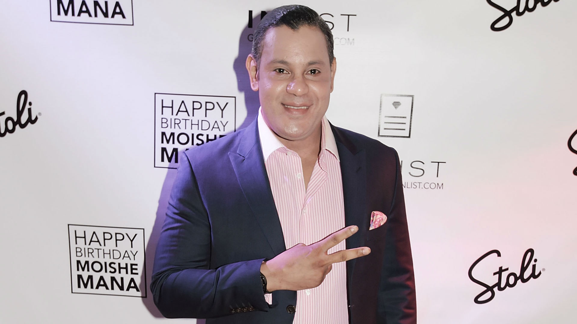 Sammy Sosa's bleached skin, pink outfit have Twitter cracking wise