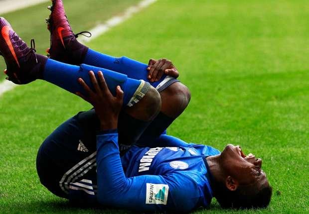 Schalke striker Embolo suffers broken ankle