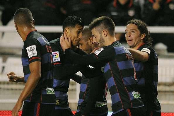 La derrota del Granada ante el Almería condena a los nazaríes a sufrir hasta el final