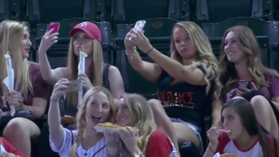 selfie-girls-10215-usnews-mlb-FTR