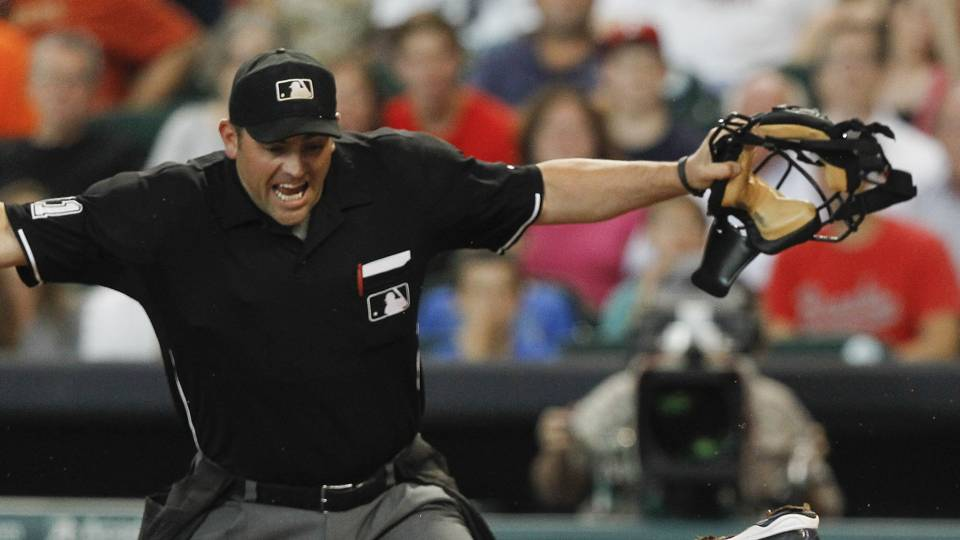 Umpire Brian Knight finishes game after breaking foot in 6th inning, report says