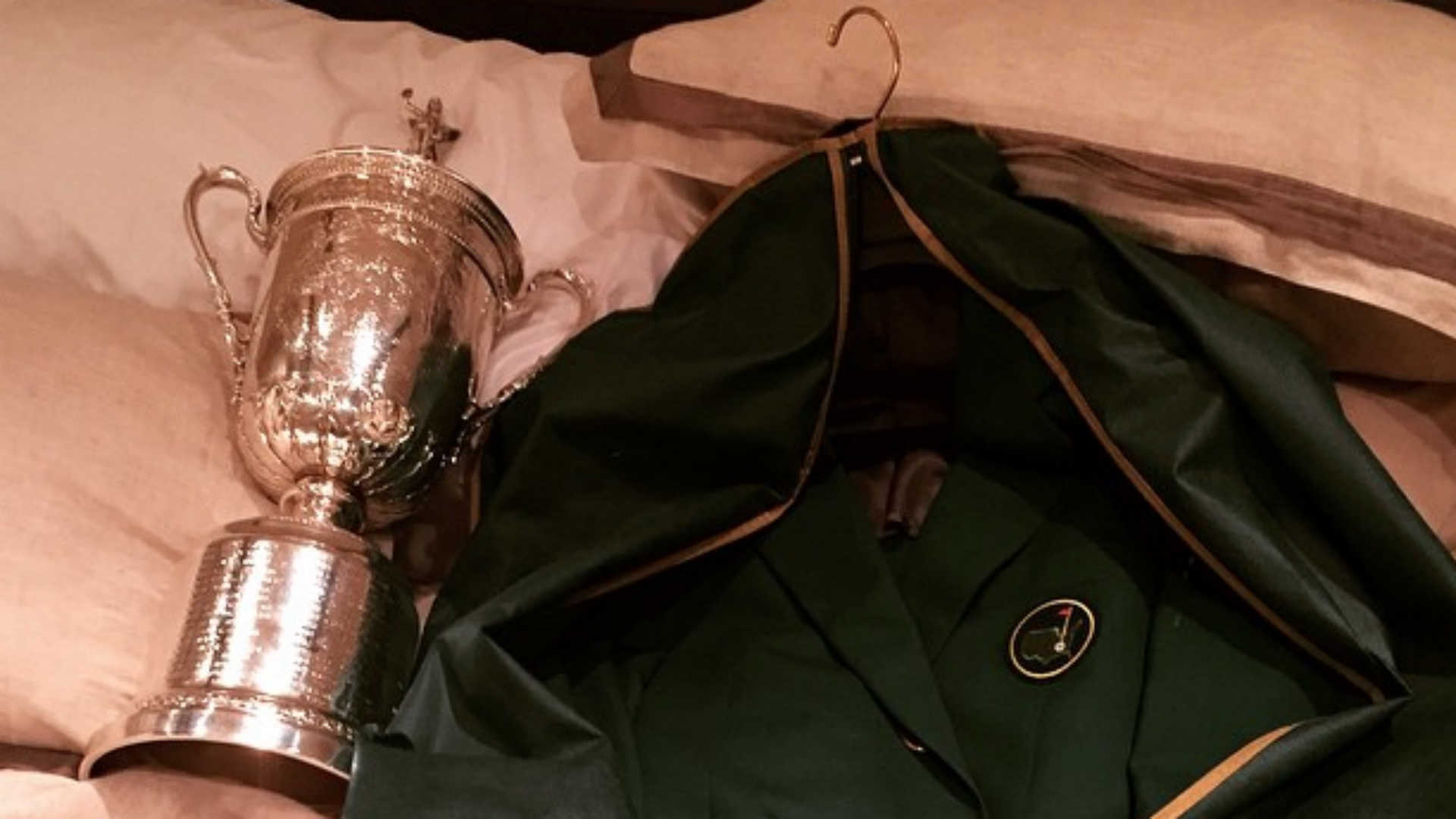 Jordan Spieth introduces his U.S. Open trophy to his Masters green ...