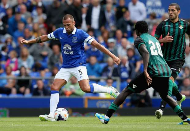 Everton defender Heitinga eager for Serie A switch