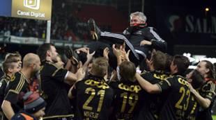 Kåre Ingebrigtsen blir kastet i været, Seriemestere 2015