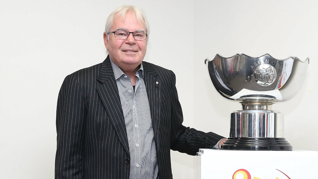 Les Murray, the voice of football in Australia, dies aged 71
