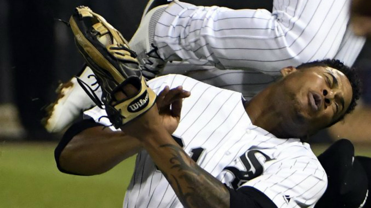 White Sox 2B Moncada hurts knee in outfield collision