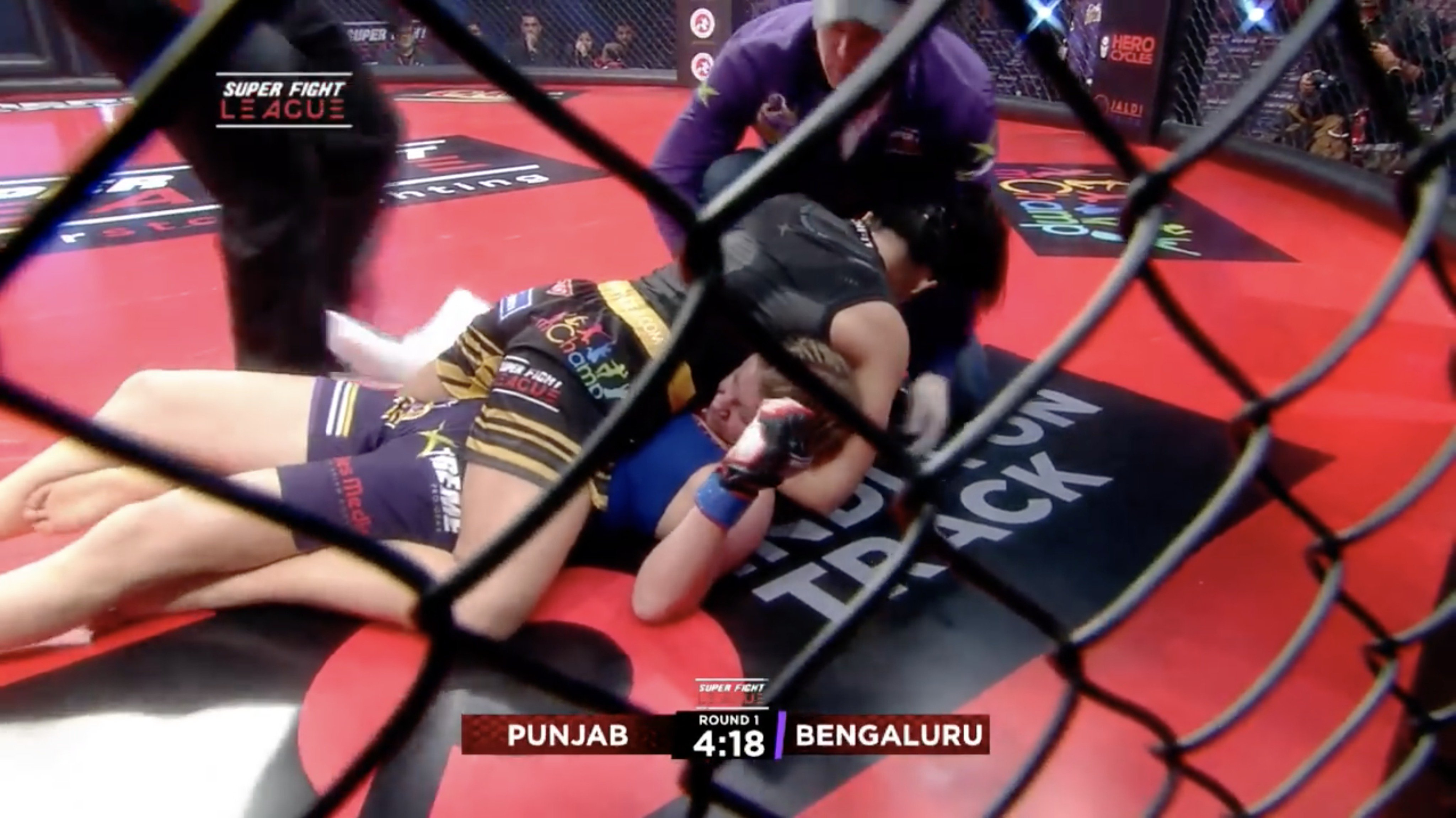 Cornerman enters cage, stops fight after referee misses guillotine choke