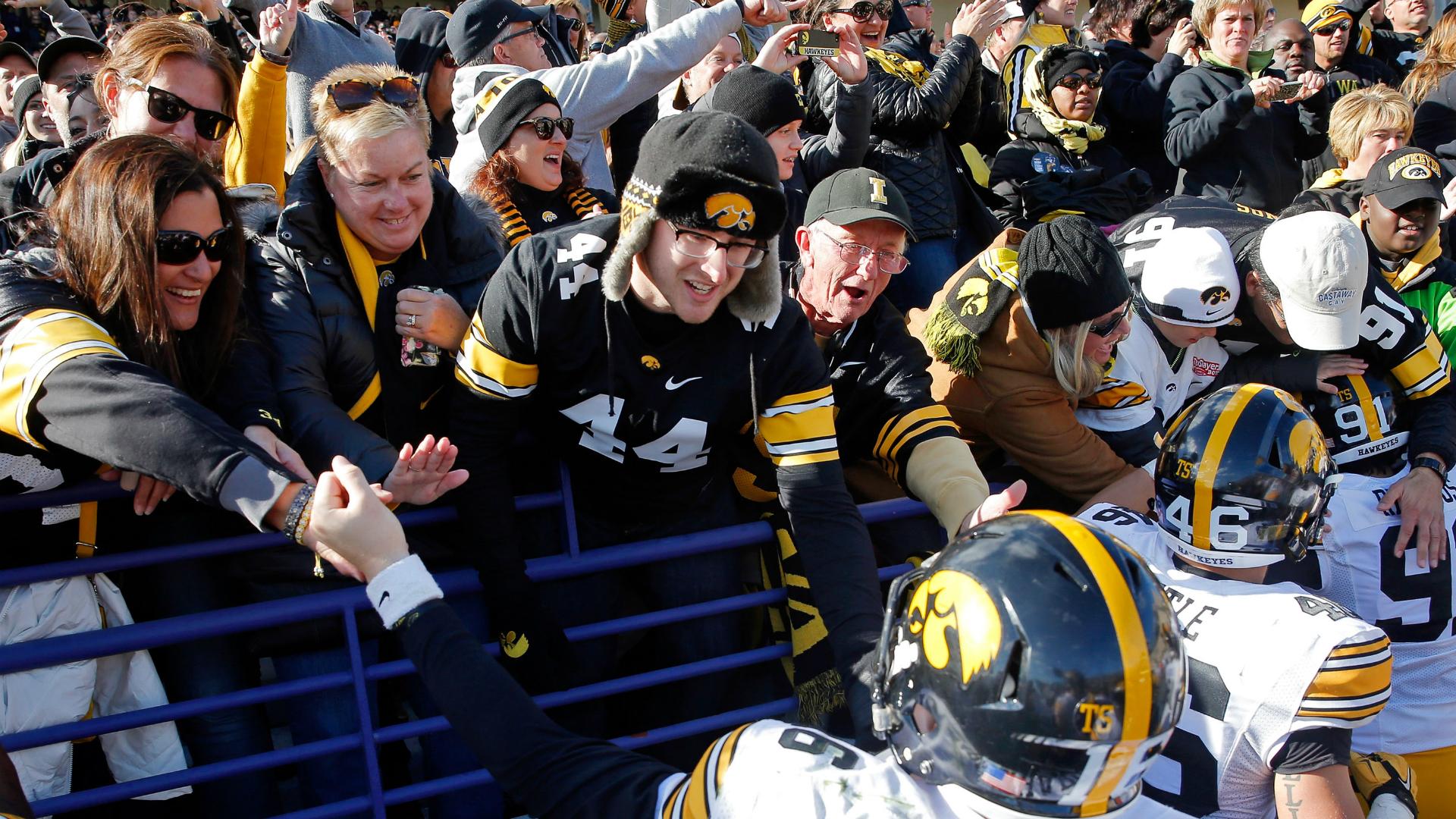 Iowa-fans-getty-ftr-100116_f44dk0ncln3x1kl7hx6h2bdf1