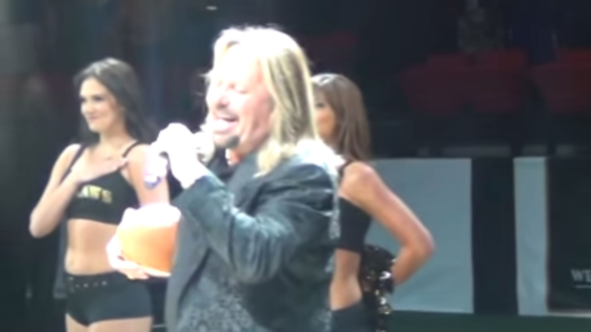 Motley Crue's Vince Neil performs strange Star-Spangled Banner rendition