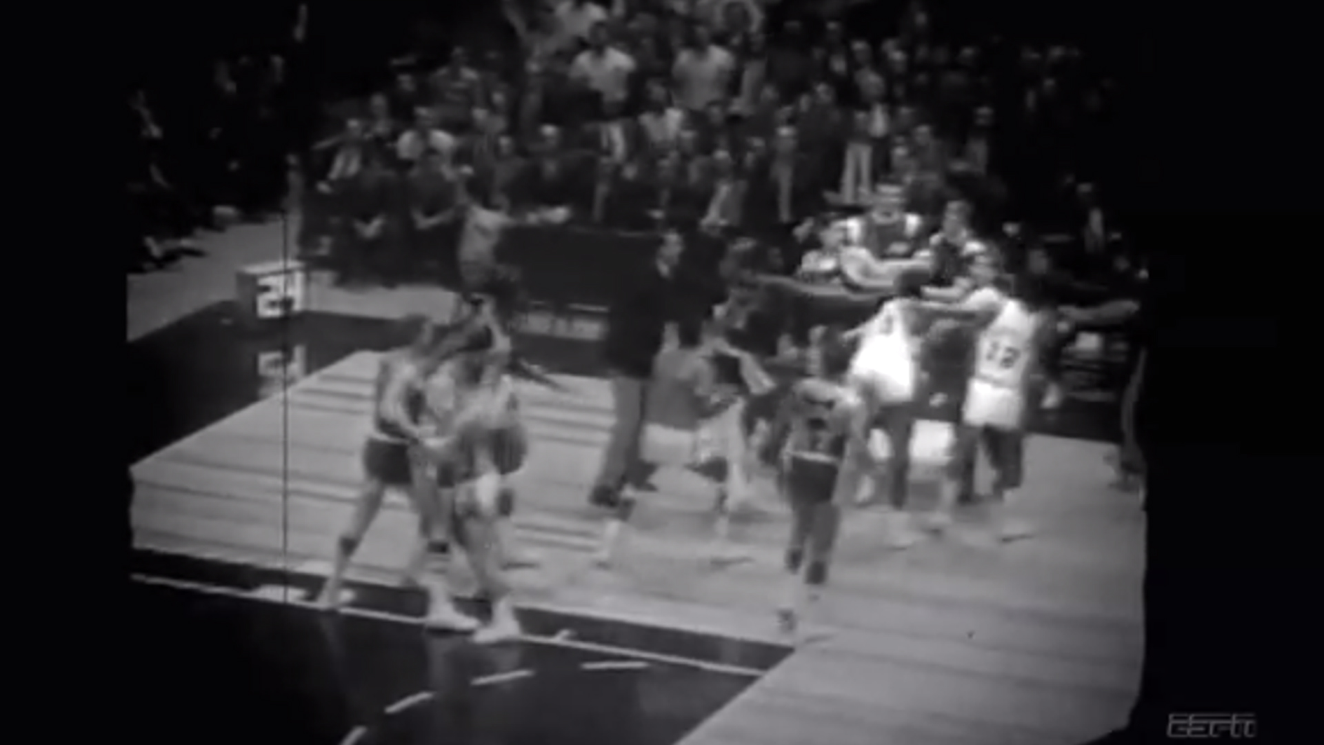 Watch Willis Reed try to fight entire Lakers team NBA