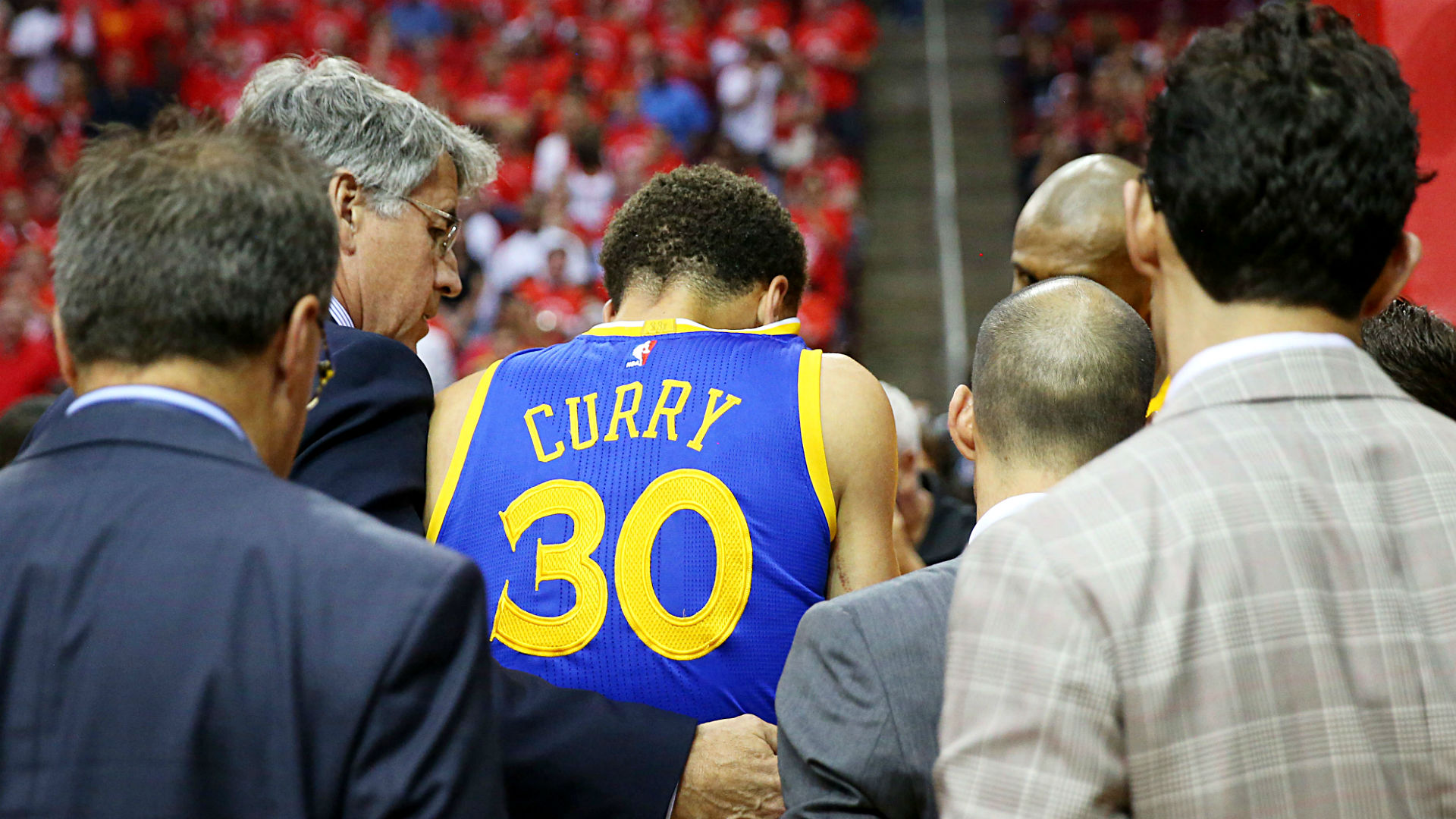 Stephen Curry briefly leaves Game 4 after hard fall