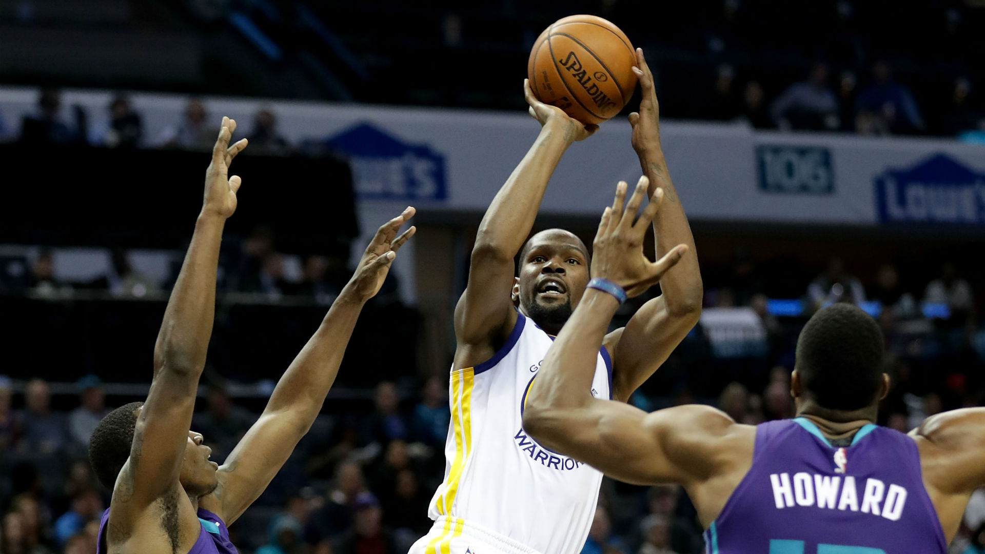 Warriors forward Kevin Durant shoots over Hornets center Dwight Howard