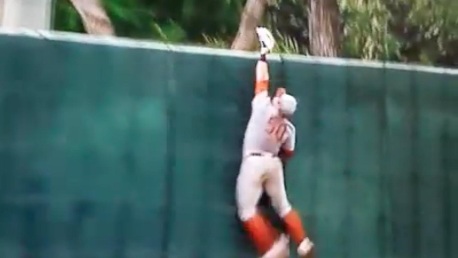 Watch Texas center fielder make crazy College World Series catch