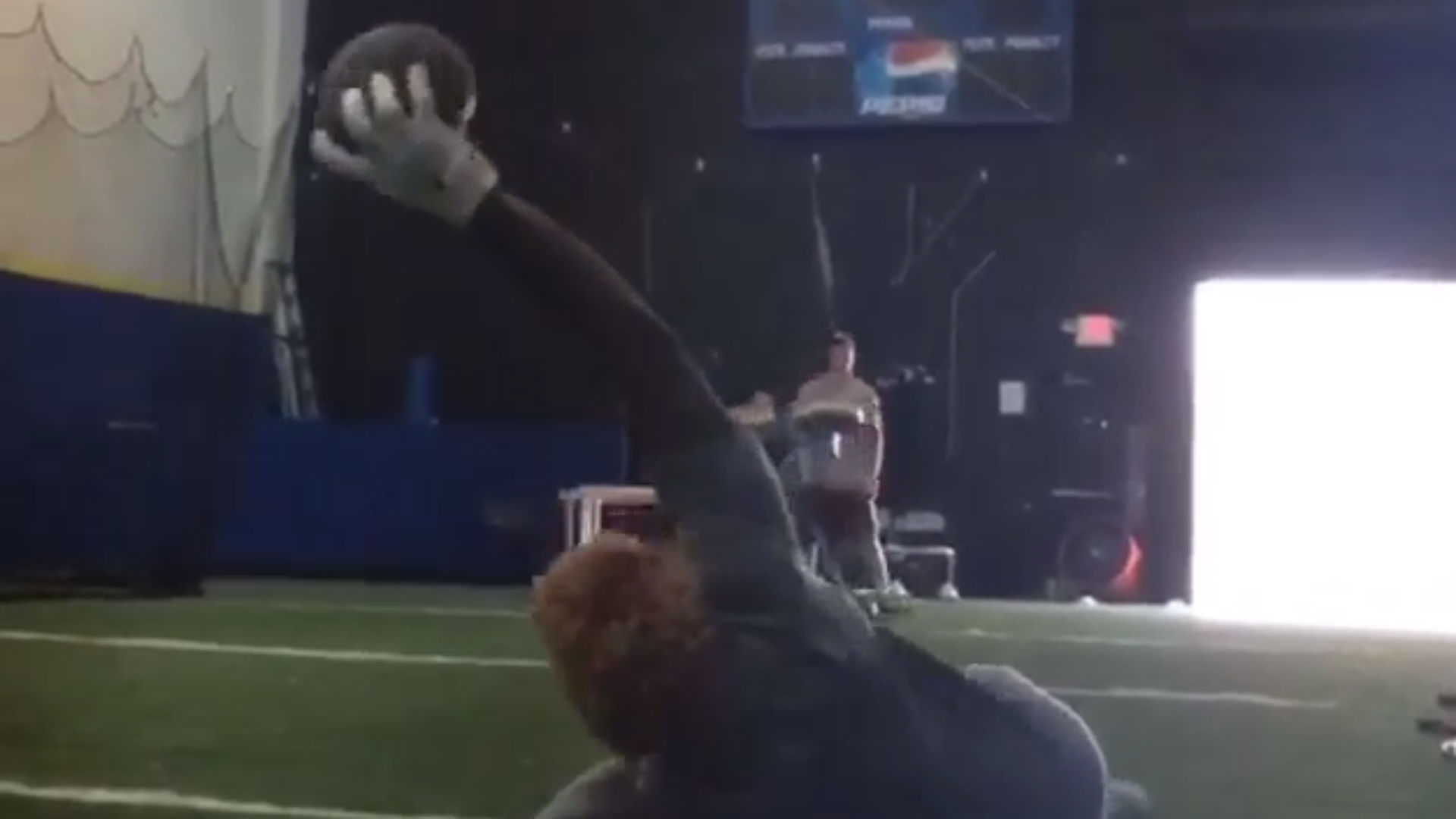 Odell Beckham Jr., Jarvis Landry make ridiculous catches on their backs