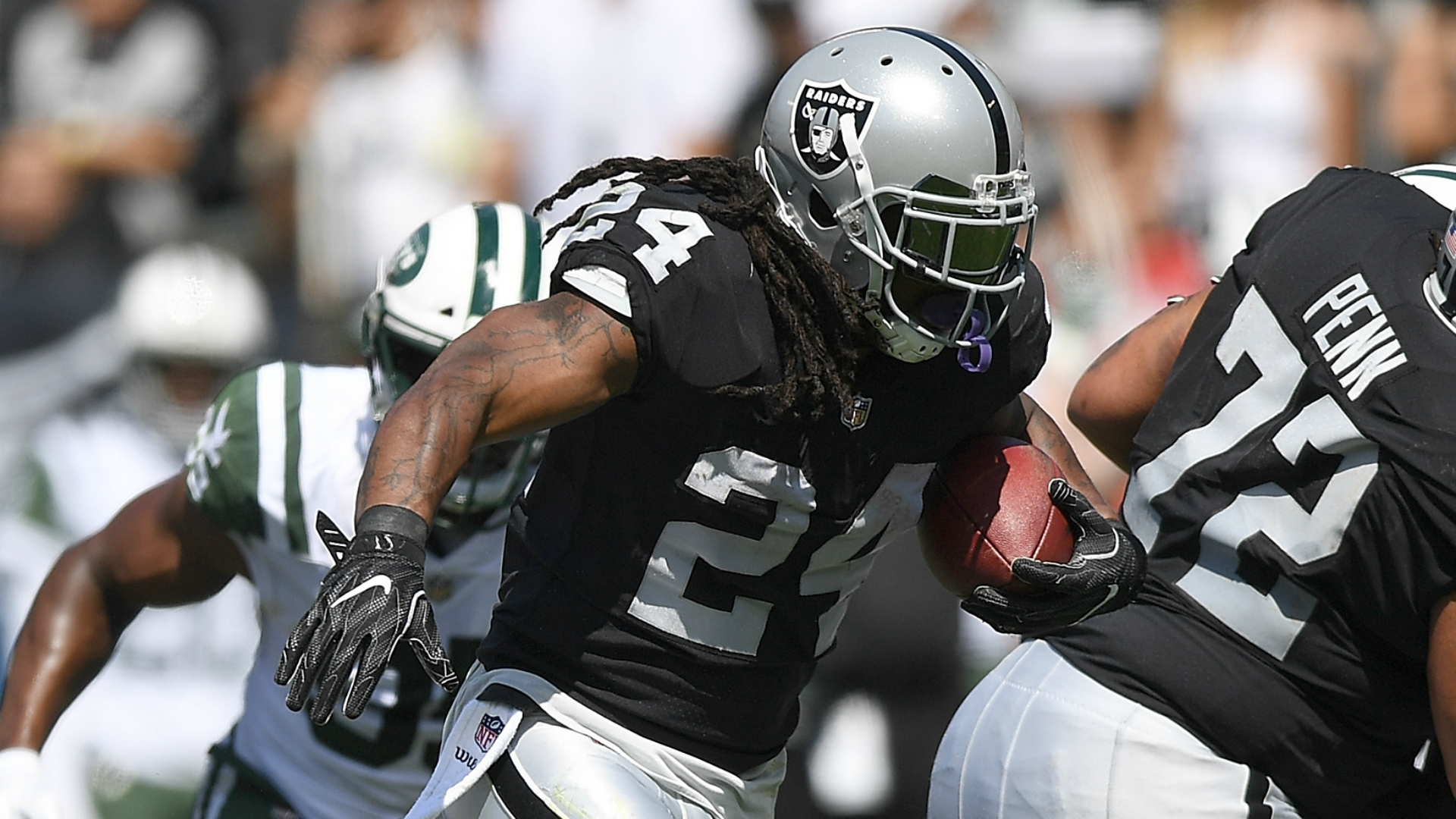 With Raiders rolling, Marshawn Lynch entertains crowd by dancing on the sideline