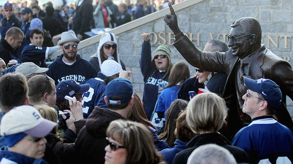 Joe-Paterno-statue-050616-Getty-FTR.jpg