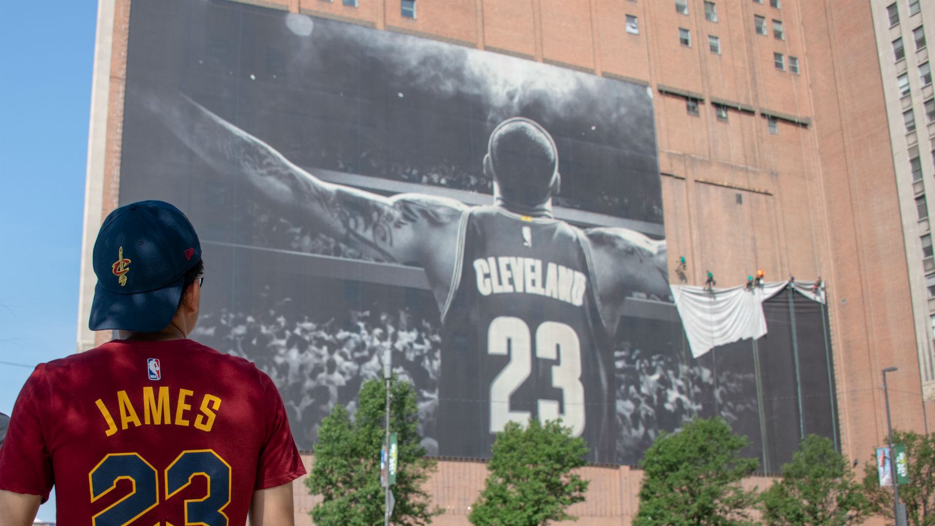 NBA players salute LeBron James for opening new school in Akron
