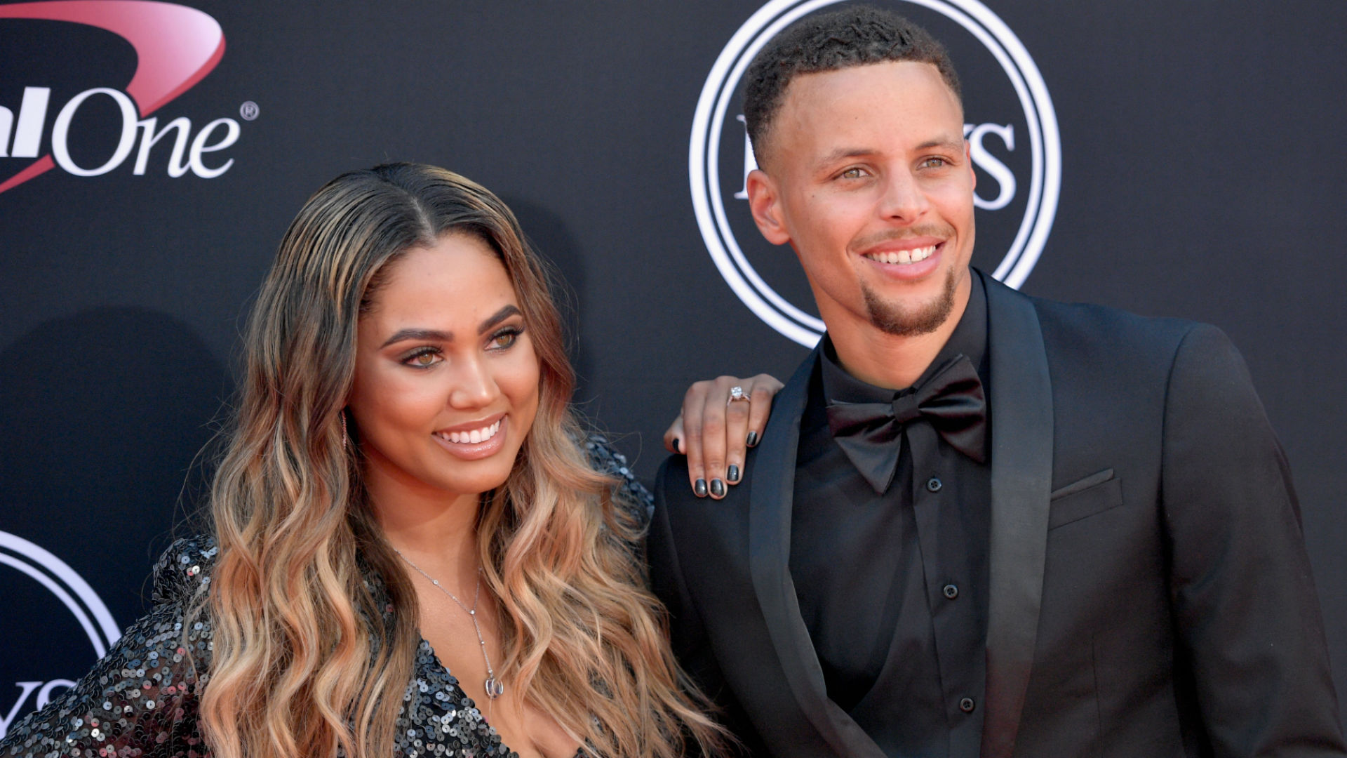 ayesha curry defends steph after twitter user claims he