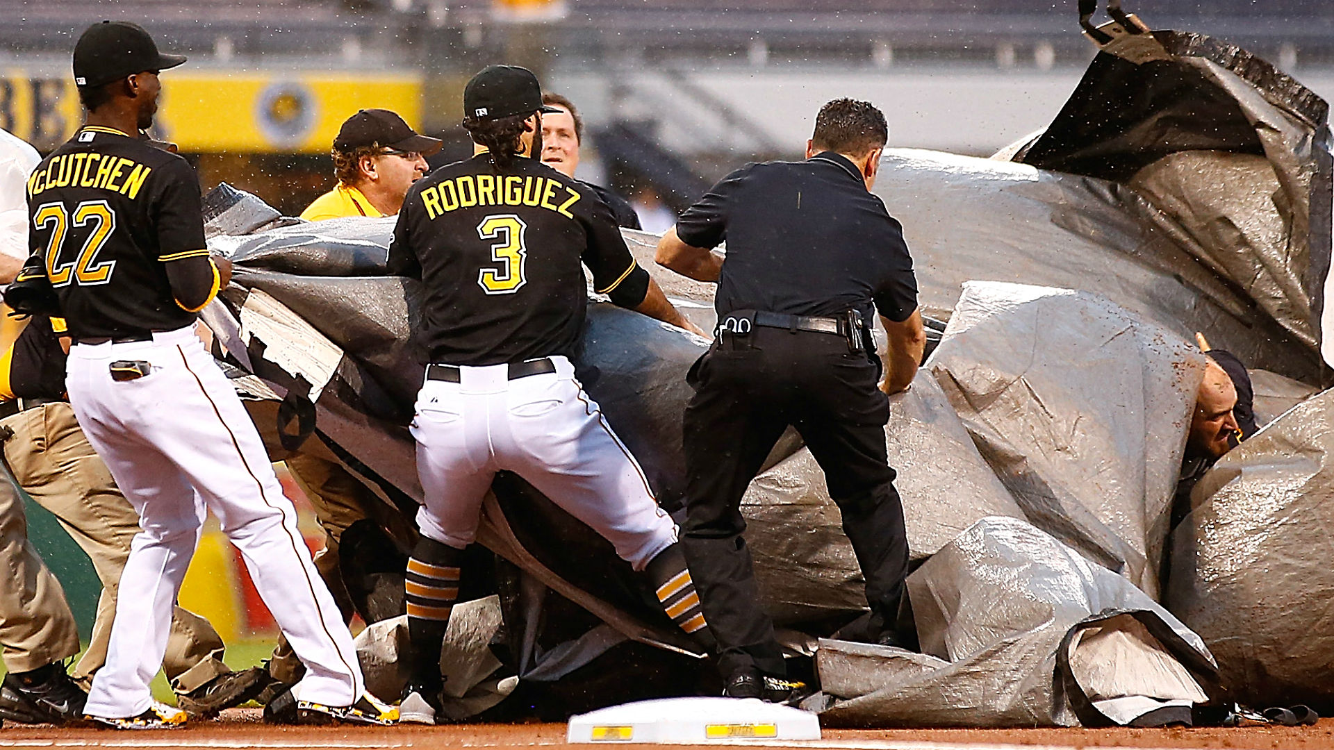 Andrew McCutchen, Pirates help rescue groundskeeper during storm