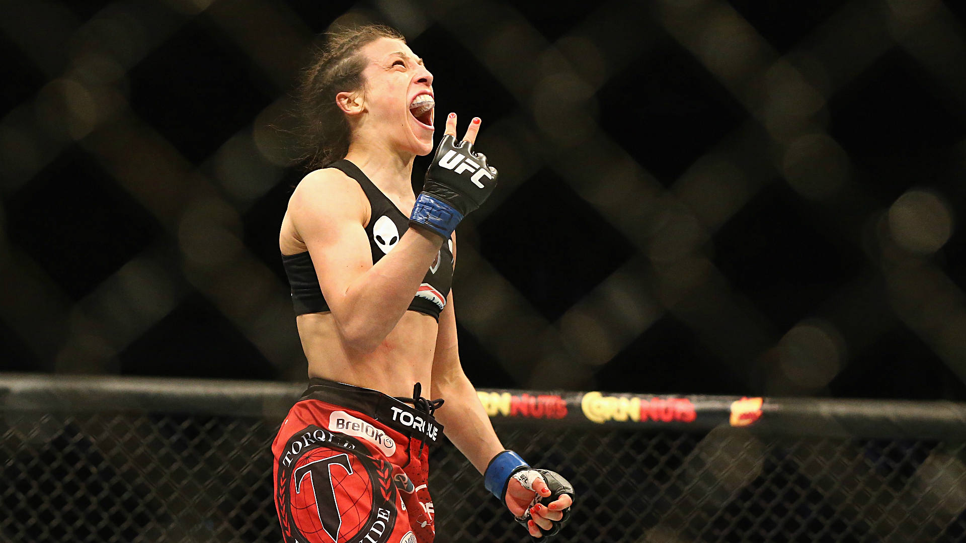 Jedrzejczyk beats down Gadelha to keep UFC strawweight belt