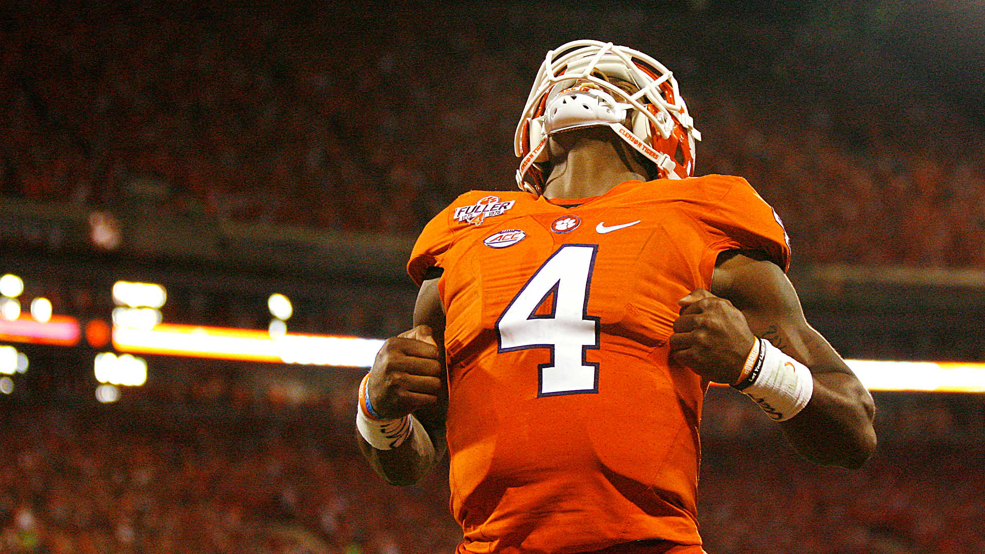 Deshaun watson shows nation he s still here while out dueling lamar