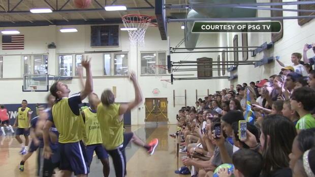 Ibra spielt Basketball: Rebound im Stehen