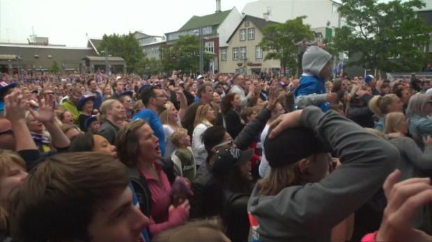 Irre! So feiern Islands Fans das Achtelfinale