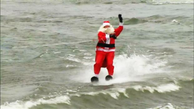 Weihnachts-Wasserski: Santa Claus vs. Grinch