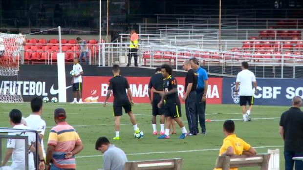 لقطة: كرة قدم: ولد يقتحم تدريبات البرازيل لملاقاة نيمار نجم برشلونة