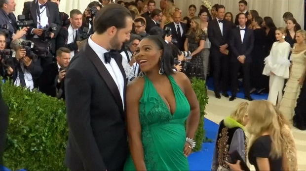 Serena Williams ya luce su embarazo en público