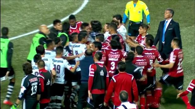 Liga MX: Riesen-Rudelbildung mit Arango