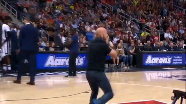 لقطة: كرة سلة: مشجّع هوكس يحتفل بجنون بعد تسجيله سلة ساحقة