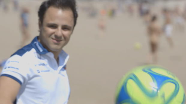 Massa demuestra sus habilidades con el balón antes del GP de Brasil