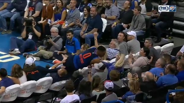 NBA: Zuschauer erleben Russ-Rettungstat hautnah | Viral