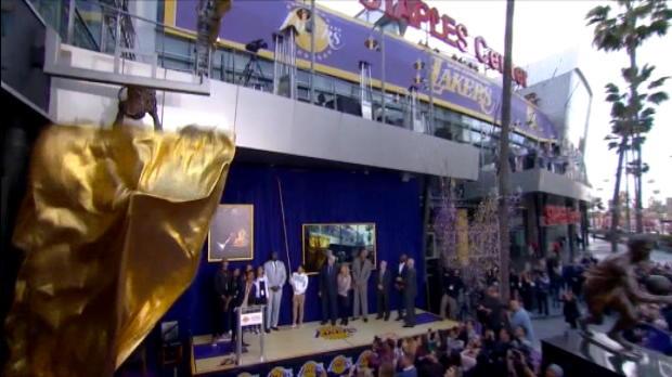 لقطة: كرة سلة: ليكرز يكشف النقاب عن تمثال شاكيل اونيل