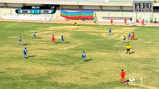 Un membre du staff de San Simon, très en colère au Pérou, a décidé de passer sa frustration en assenant un coup de poing sournois à l'arbitre, après la défaite de son équipe face au Sporting Cristal (3-2). Les 2 équipes à égalité, l'arbitre a accordé cinq minutes de temps additionnel, mais le Sporting a inscrit le but de la victoire à la 96ème minute.