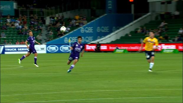 Le milieu de terrain australien Daniel De Silva marque le troisième but de Perth Glory lors de leur victoire à domicile (4-1) contre les Central Coast Mariners. Le joueur de 17 ans récupère la passe de Crhis Harold pour envoyer une superbe volée dans les filets de Liam Reddy.
