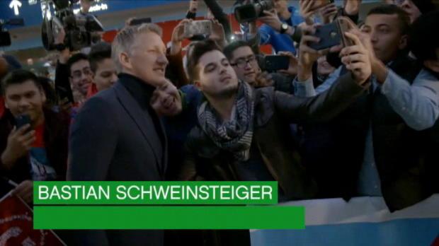 لقطة: كرة قدم: استقبال الابطال لشفاينشتايغر لدى وصوله إلى شيكاغو