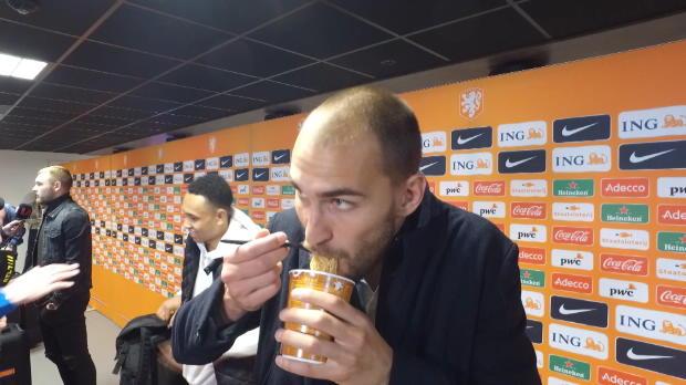 L'Italia vince, Dost mangia i noodles...