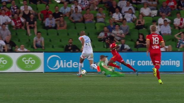 Bruce Kamau a provoqué un penalty précieux qui a offert la victoire d'Adelaide United face au FC Melbourne de David Villa (2-1). Mais au ralenti, le joueur de 19 ans semble clairement être coupable de simulation.
